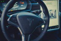 Tesla Model X90D Mietwagen Leihwagen Autovermietung Autoverleih mieten leihen Lenkrad Einstellungen Knöpfe Beidenelemente Hebel Schalter Cockpit Display Touchscreen Fahrer Elektroauto Aachen emobility greenspeed Deutschland